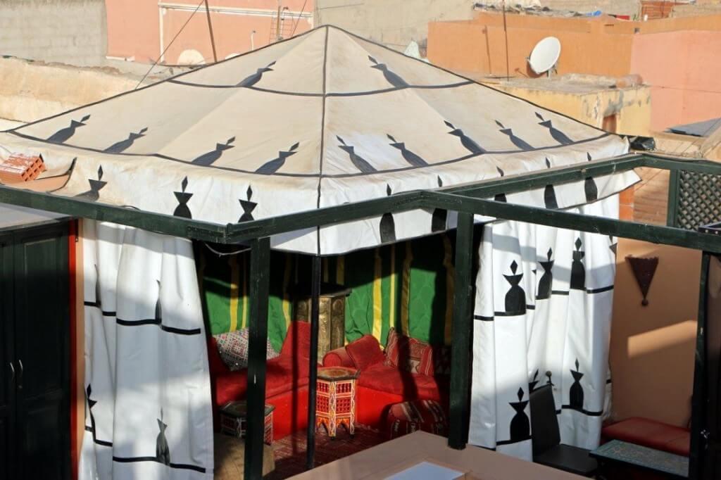 Das marokkanische Berberzelt auf der Dachterrasse im Riad La Maison Nomade in Marraeksch