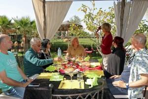 Die Filmcrew des MDR mit dem Riad La Maison Nomade beim Essen auf der Safranfarm