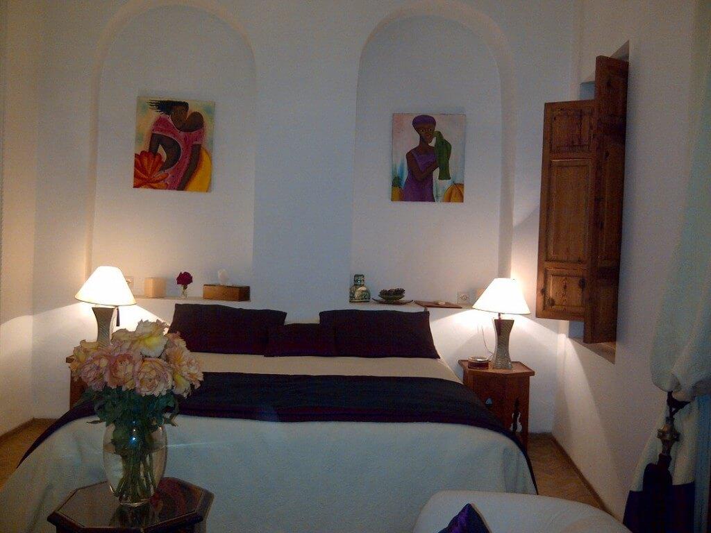 Salon mit Doppelbett im Riad La Maison Nomade in Marrakesch