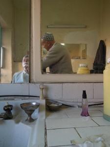 Mann beim Rasieren