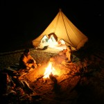 Am Lagerfeuer im Wüstenbiwak