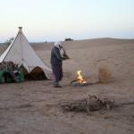 Vorbereitung des Frühstück in der Wüste Erg Chegaga