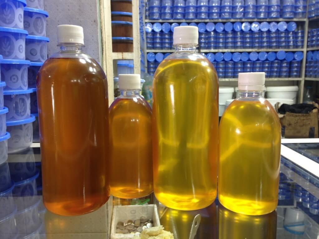 Original Arganöl links das dunkle für den Salat und rechts das helle für die Haut