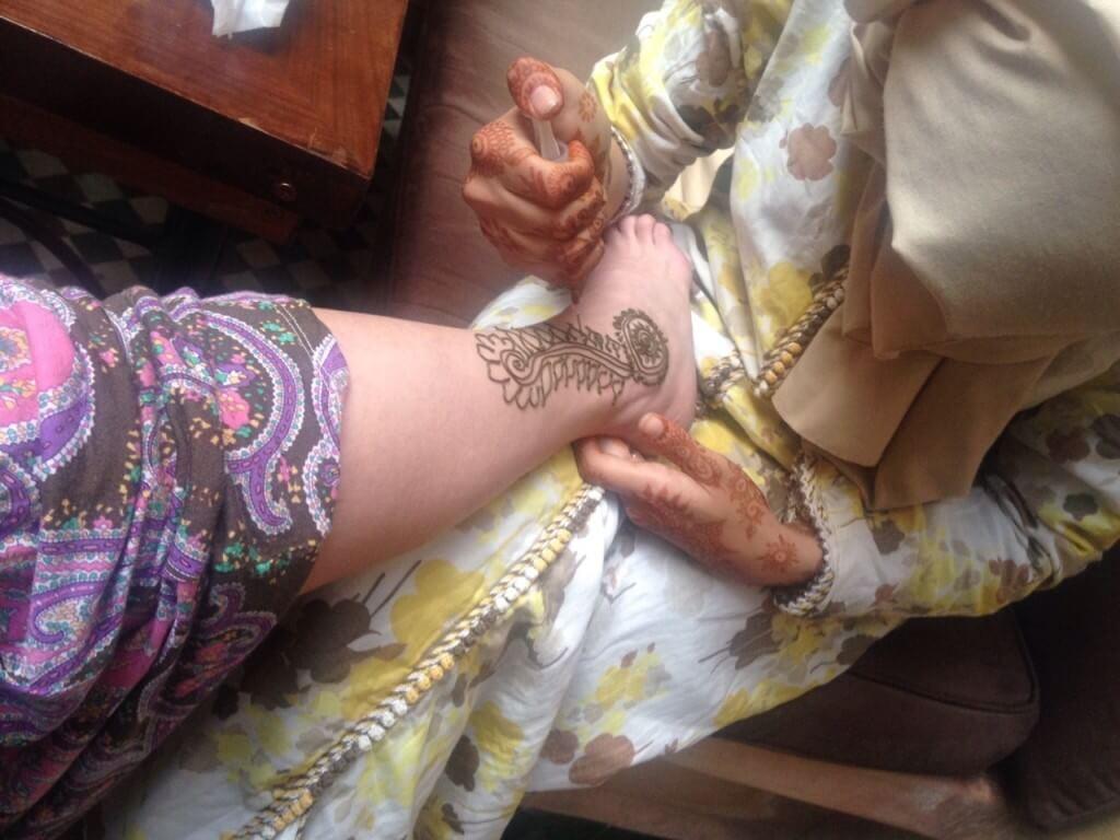 Hennamalerin bei der Arbeit im Hotel in Marrakesch La Maison Nomade