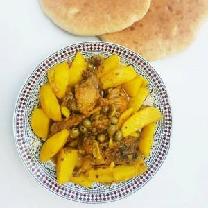 Hühnchen mit Kartoffeln und Oliven, eine Spezialität der marokkanischen Küche im Riad La Maison Nomade in Marrakesch