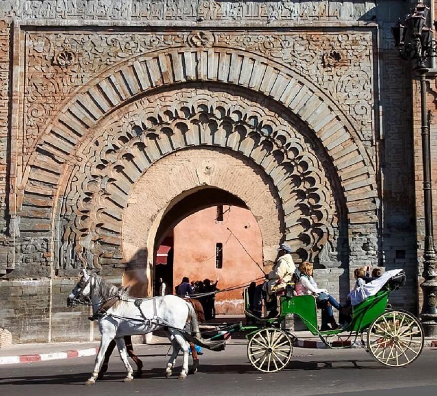 Mit dem Hotel La Maison Nomade in der Pferdkutsche zum Stadttor bab-agnaou-in-marrakesch