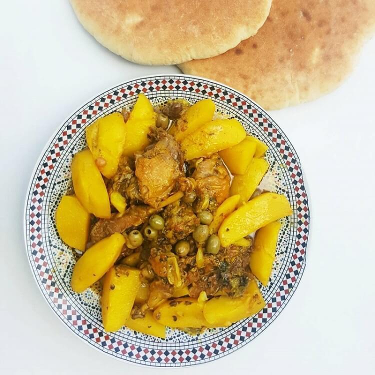Safran-Hühnchen mit Kartoffeln und Oliven im Restaurant La Maison Nomade