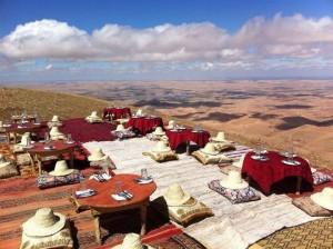 Lunch unter blauen Himmel in der Steinwueste von Marokko