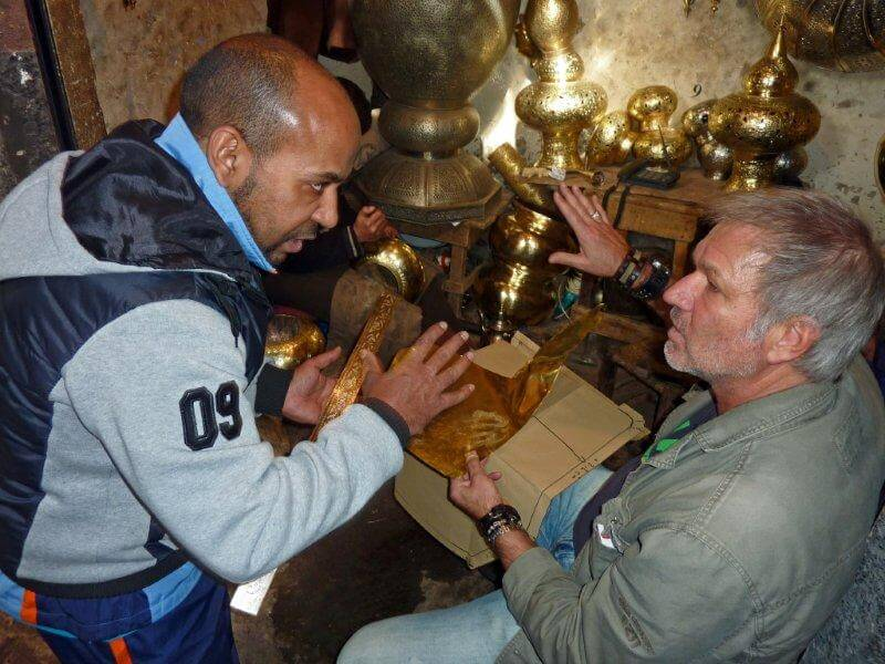 Zwei Männer beim Feilschen im Basar von Marrakesch