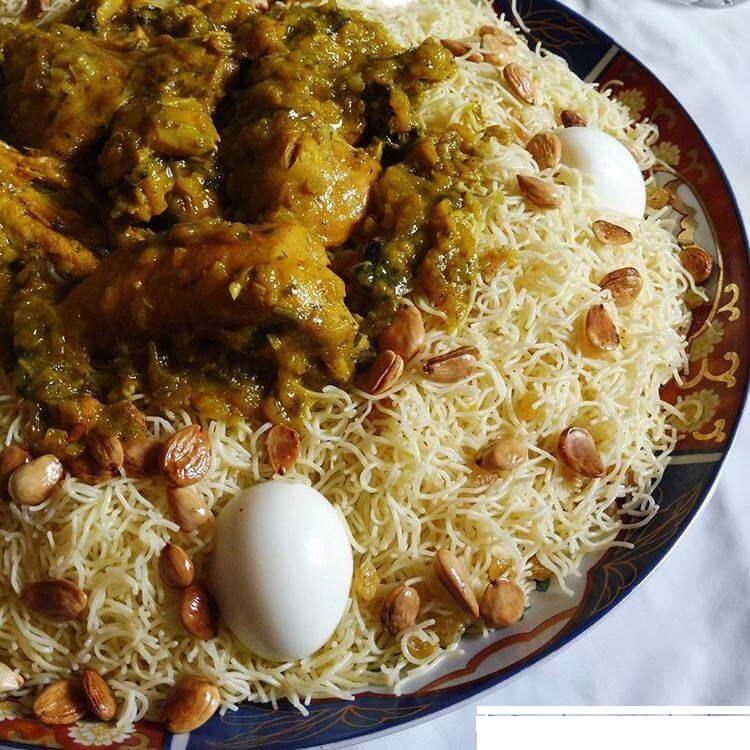 Seffa - feine Nudeln, Rosinen, Mandeln, Puderzucker, Eier, Hühnchen
