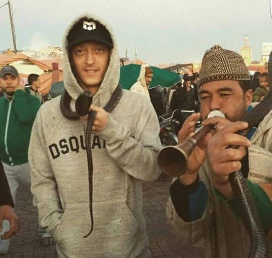 Der Weltfußballer Özil während der Städtreise in Marrakesch auf dem Platz Djema el Fna