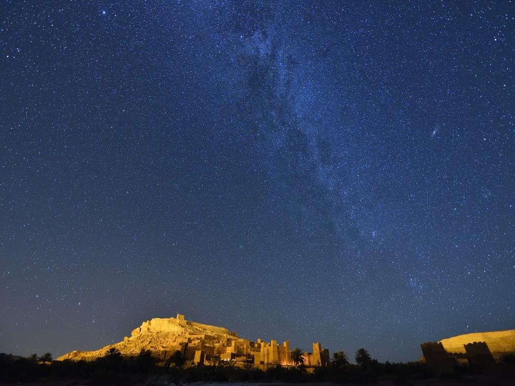 Tourismus in Marokko zur Kasbah Ait Benhaddou bei Nacht unter Sternenhimmel