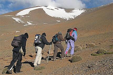 wandern im hohen atlas - aufstieg-zum-toubkal-auf-ueber-4160-m-in-marokko