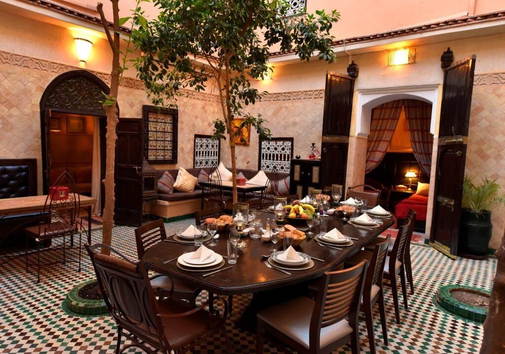 Frühstückstisch im Innenhof von dem Riad La Maison Nomade