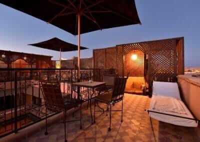 Terrasse mit Sonnenschirmen und Liegen