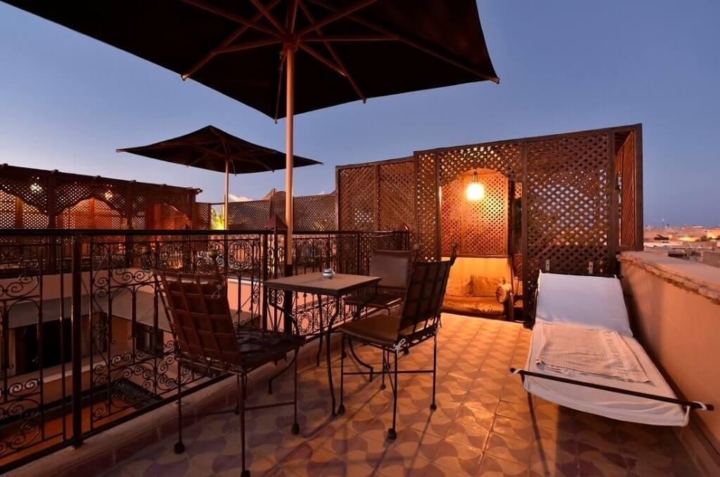 Sonnenschirme und Liegen auf der Dachterrasse vom Riad