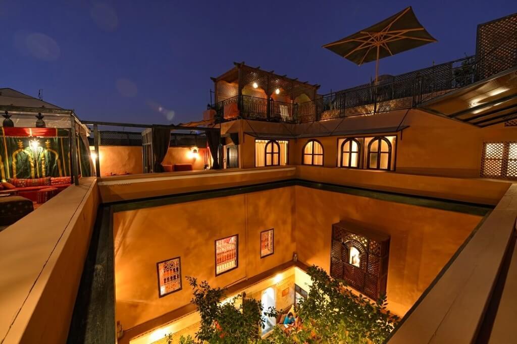 Blick auf die Dachterrasse und den Innenhof bei Nacht