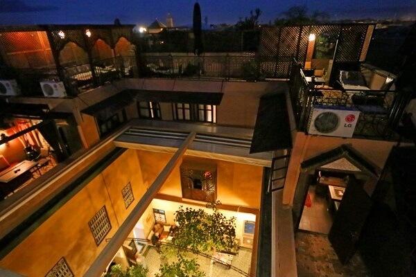 Innenhof, automatisches Dach, Zimmer KBN + Yacout, große Dachterrasse im Hotel La Maison Nomade Marrakesch