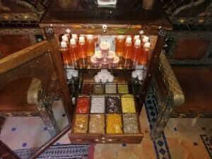 Gewürzschrank im Riad La Maison Nomade Marrakesch