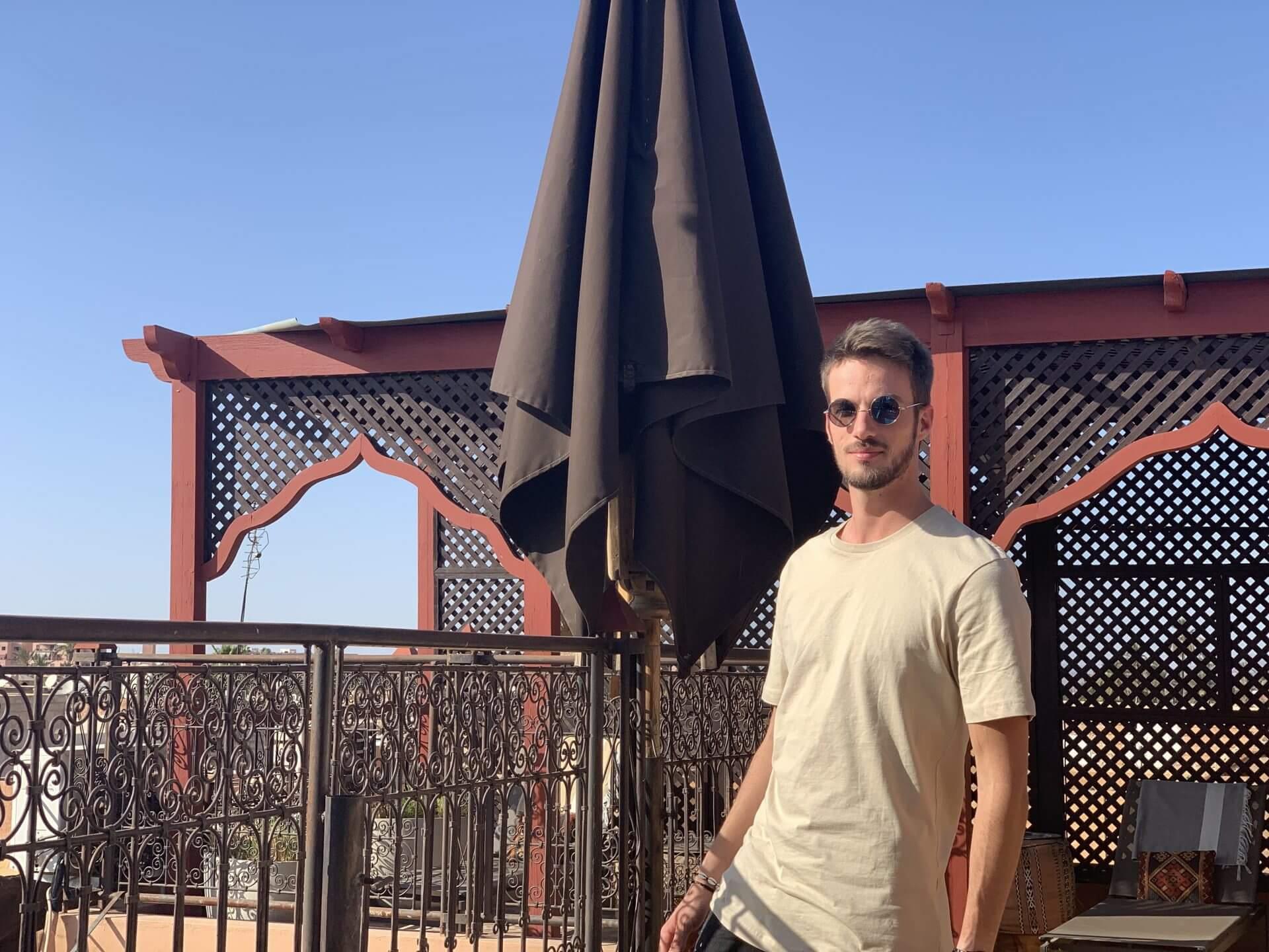 Kenzo Kerz, Sohn des Inhabers, auf der Dachterrasse vom Riad