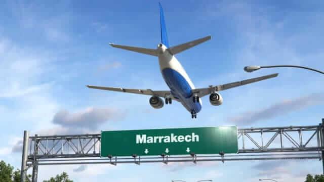 Flugzeug fliegt über Marrakesch Stadtschild